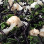 Ensalada tibia de kale, coliflor y algas con aliño agridulce